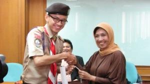 Penyerahan Kenang-kenangan dari Kwarnas untuk UIN Jakarta
